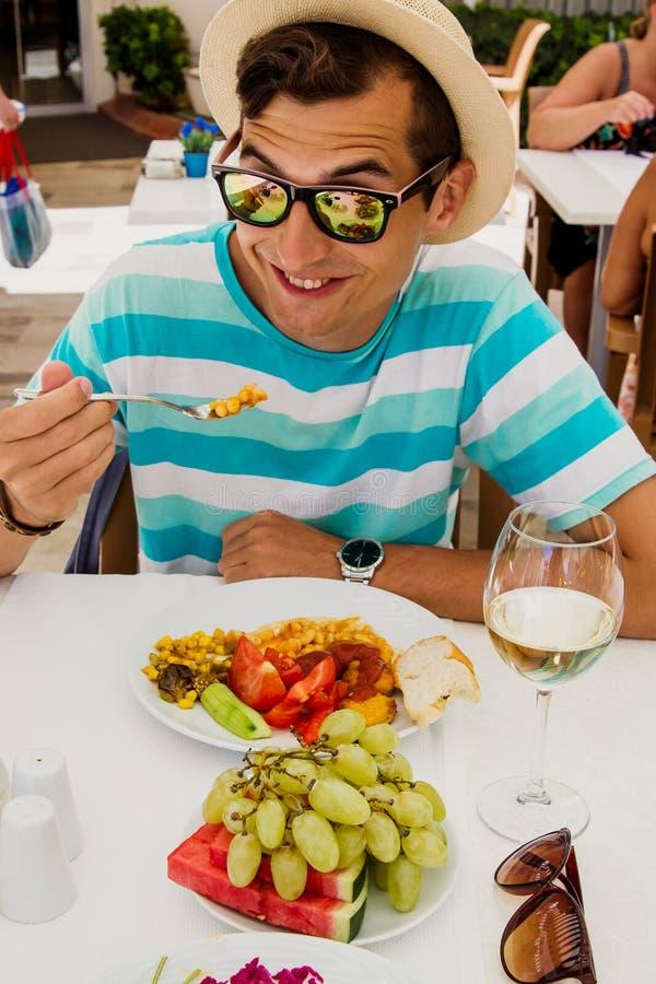 愉快的年轻食人的食物在旅馆里 所有包含概念 katya krasnodar夏天领土假期 库存图片