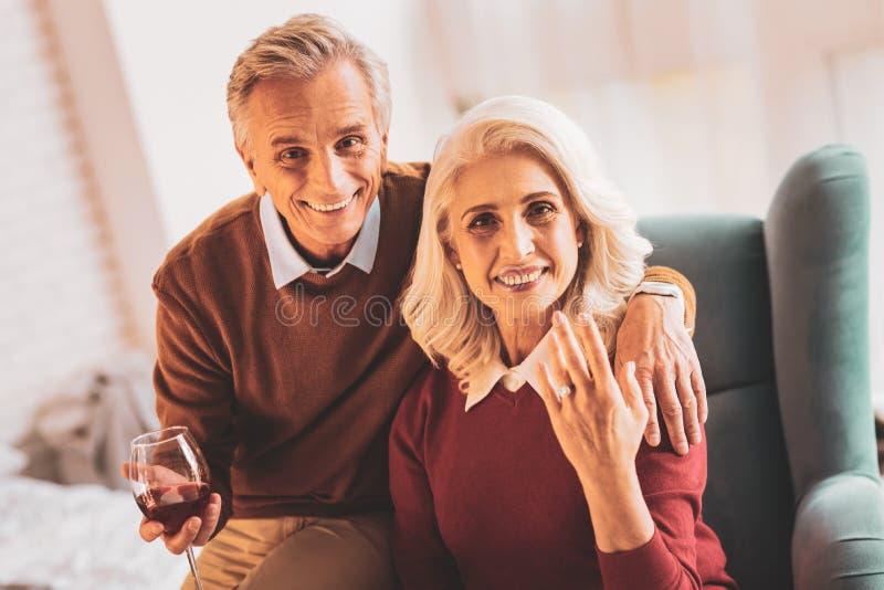 愉快的年迈的妇女感觉难以相信的庆祝的生日 库存照片