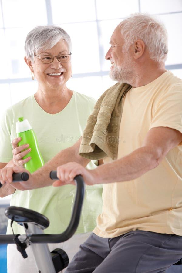 愉快的年长夫妇在体操里 免版税图库摄影
