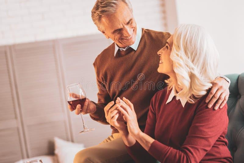 愉快的年长夫妇饮用的红酒一起 免版税库存照片