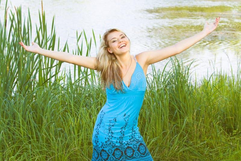 愉快的微笑妇女有自然本底 库存图片