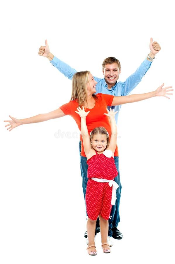 愉快的微笑的三口之家获得乐趣 免版税库存照片