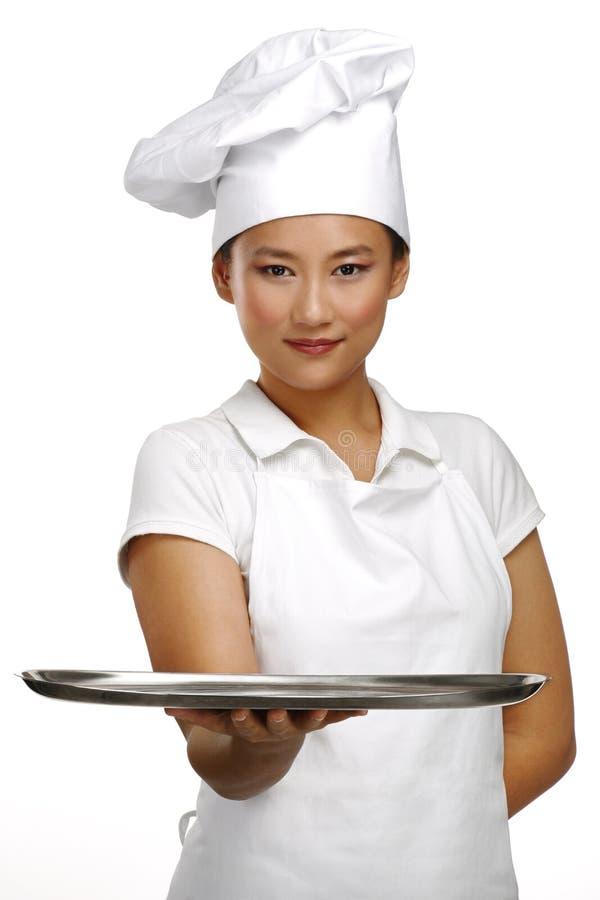 愉快的微笑的亚裔中国妇女厨师在工作 库存照片
