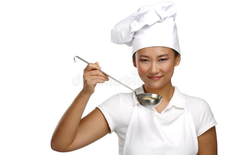 愉快的微笑的亚裔中国妇女厨师在工作 免版税库存照片