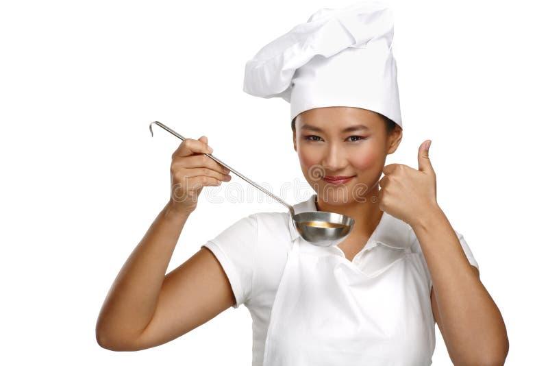 愉快的微笑的亚裔中国妇女厨师在工作 库存图片