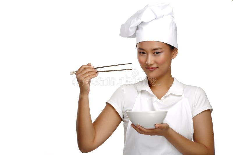 愉快的微笑的亚裔中国妇女厨师在工作 免版税库存图片