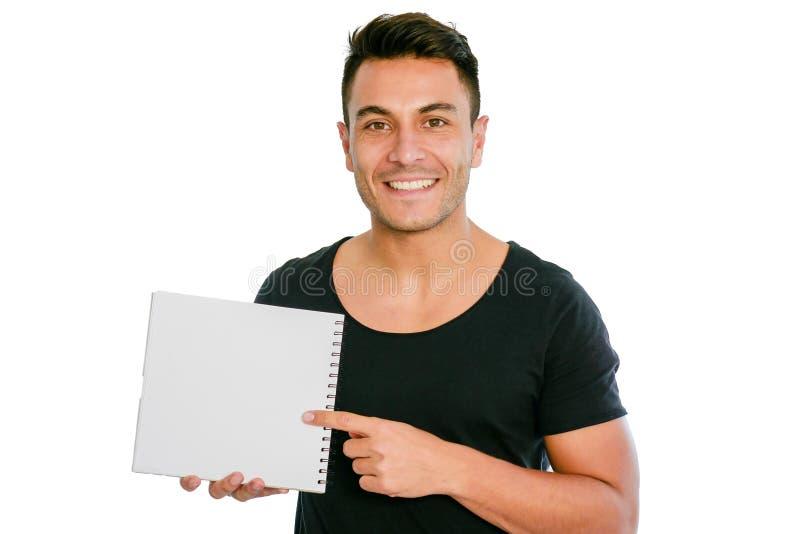 愉快的微笑的人拿着一个空白的招贴或笔记本 r 免版税库存图片