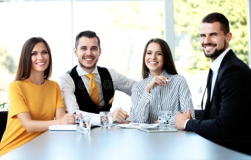 愉快的微笑的企业队在办公室 库存图片
