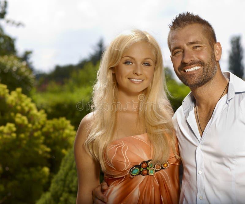 愉快的微笑的偶然夫妇画象  免版税库存图片