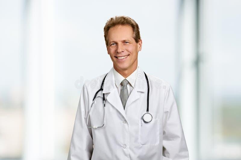 愉快的微笑的医生画象有听诊器的 免版税库存照片