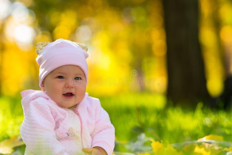 愉快的微笑的友好的年轻女婴 免版税库存图片