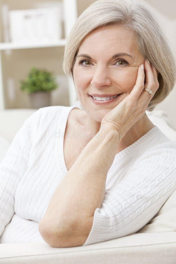 愉快的微笑的可爱的高级妇女 免版税库存图片