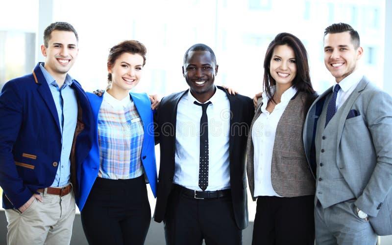 愉快的微笑的多种族企业队 免版税库存照片