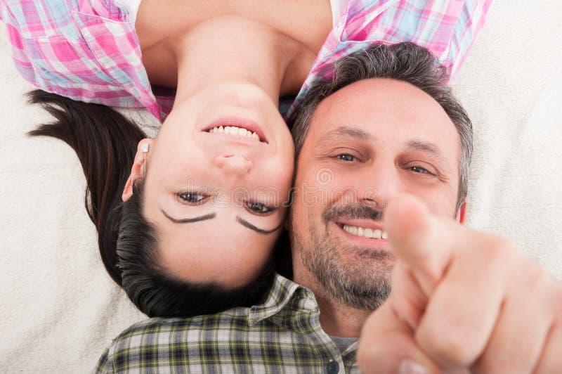 愉快的微笑的夫妇特写镜头画象在爱的 免版税库存照片