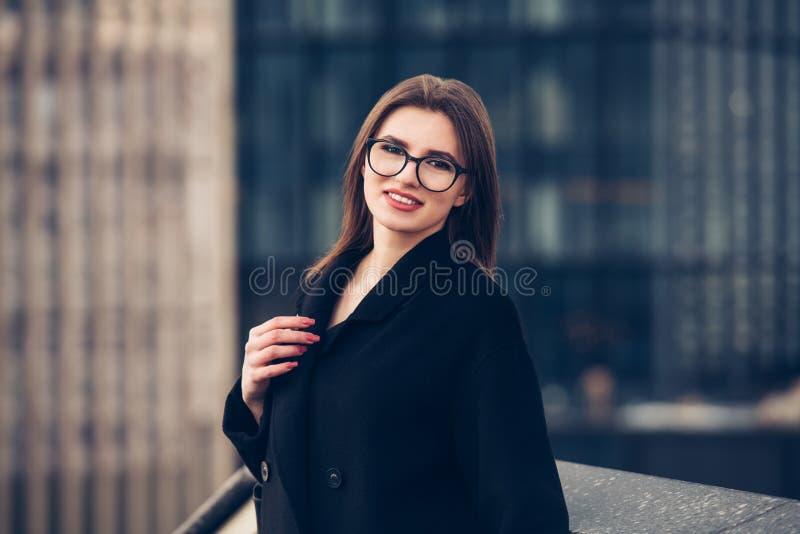 愉快的微笑的女商人户外画象 库存照片