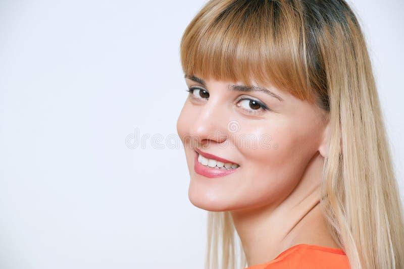 愉快的微笑的女商人纵向,在空白ba 免版税库存照片