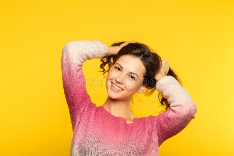 愉快的微笑的女孩猪盯梢幼稚行为 免版税库存图片