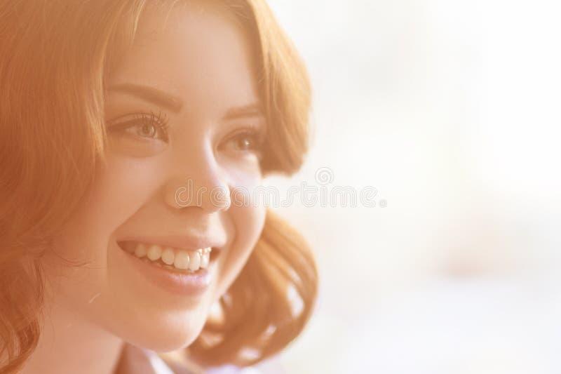 愉快的微笑的妇女年轻人 图库摄影