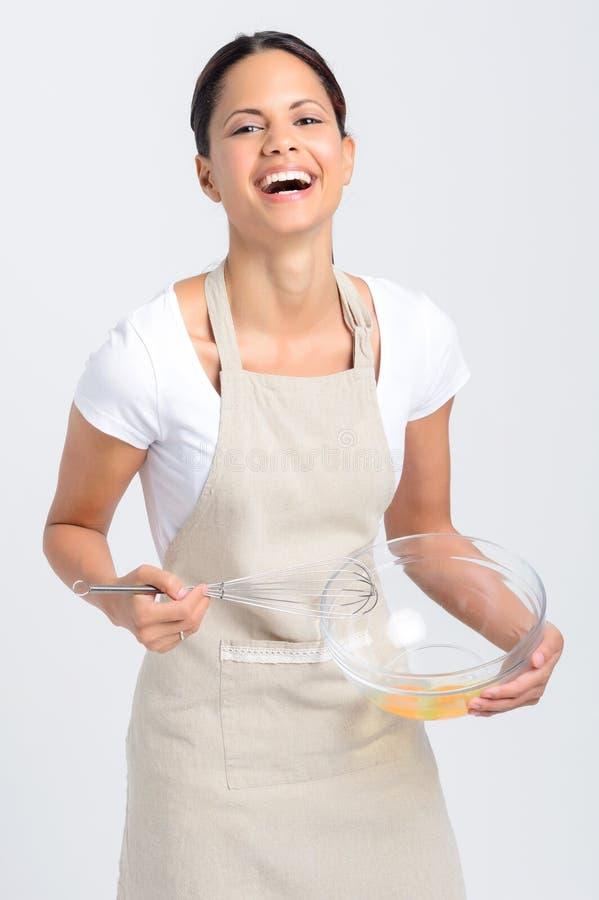 愉快的微笑的妇女打的鸡蛋 库存图片