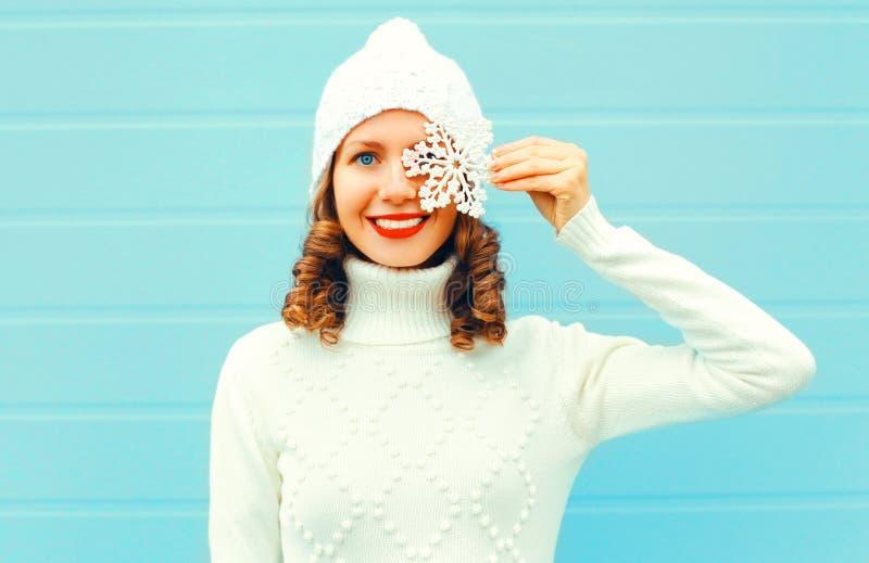 闭上�9�/9/h9�9��o^�_愉快的微笑的妇女拿着雪花的画象闭上她的眼睛