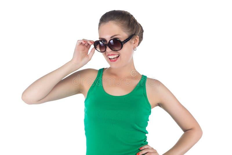 愉快的微笑的妇女的图象有太阳镜的 免版税库存照片