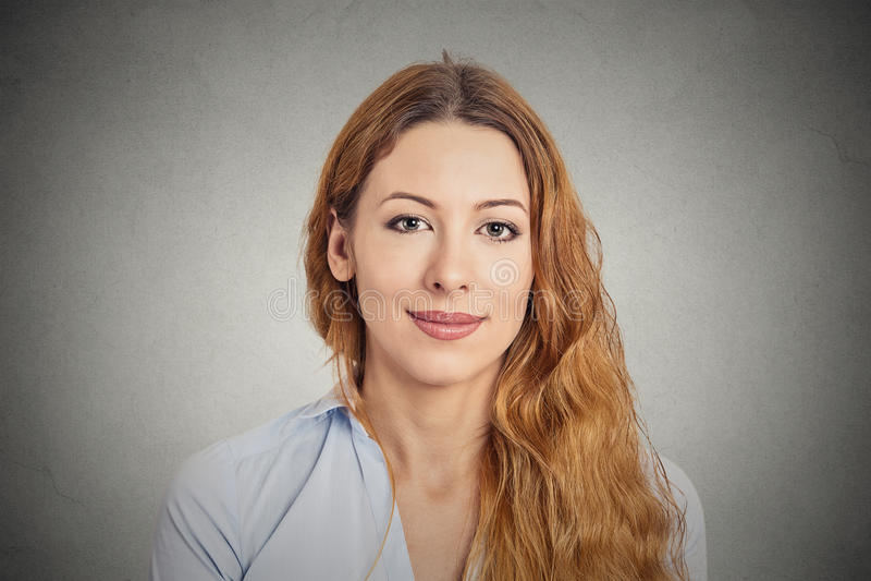 愉快的微笑的妇女年轻人 免版税库存照片