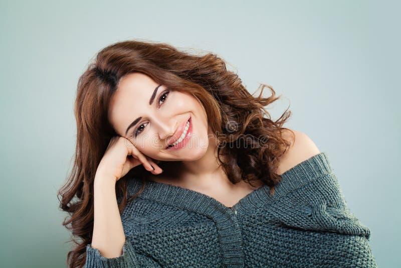 愉快的微笑的妇女 逗人喜爱的面孔特写镜头 免版税图库摄影