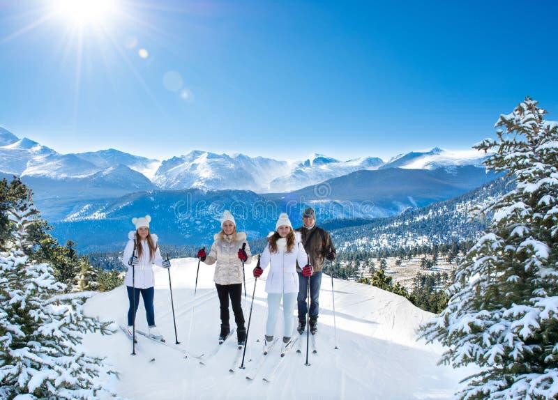 愉快的微笑的家庭滑雪在度假寒假 免版税库存照片