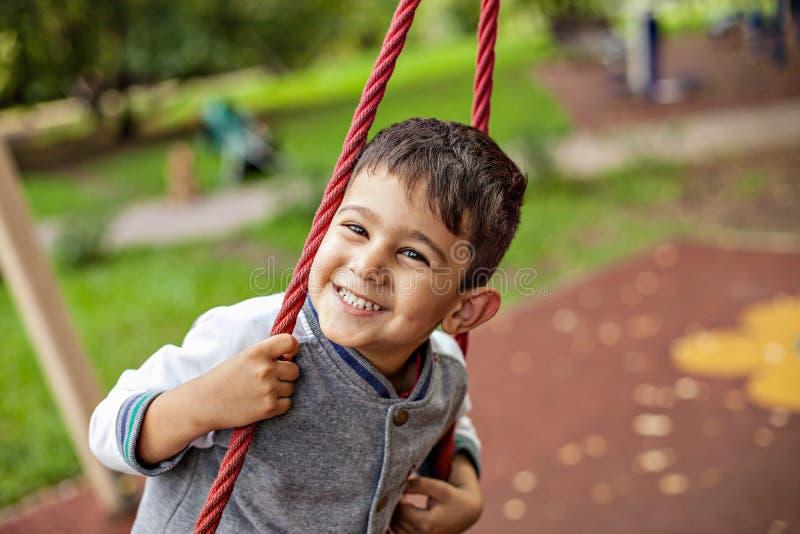 愉快的微笑的小男孩特写镜头画象  库存图片