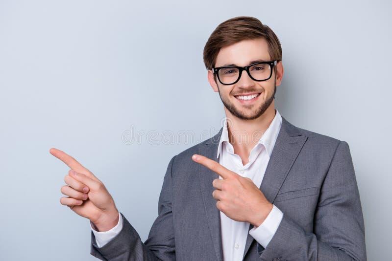 愉快的微笑的年轻人画象衣服和眼镜poiti的 免版税图库摄影