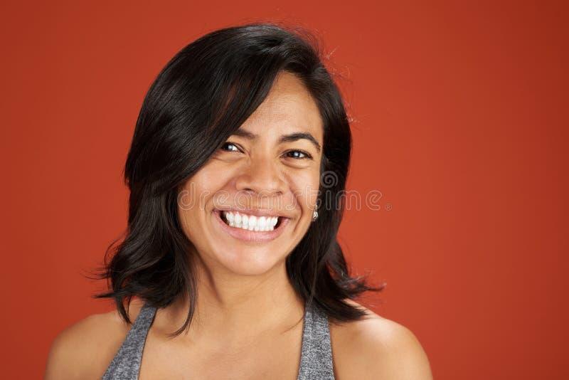 愉快的微笑的拉提纳少妇画象 免版税图库摄影