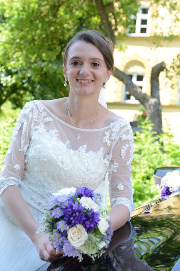 愉快的微笑的新娘画象 免版税库存图片