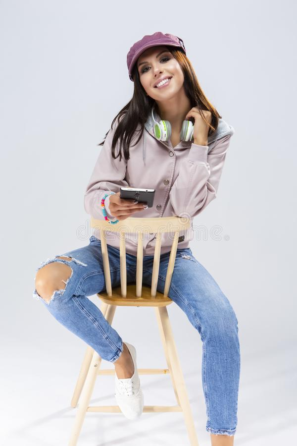 愉快的微笑的滑稽的深色的白种人女孩画象  库存照片