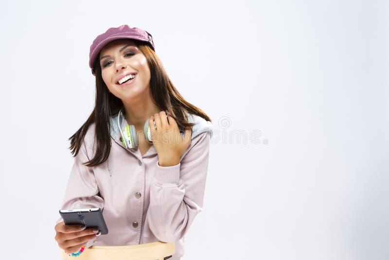 愉快的微笑的滑稽的深色的白种人女孩画象  免版税库存照片
