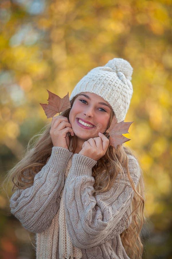 愉快的微笑的牙在秋天 免版税库存图片