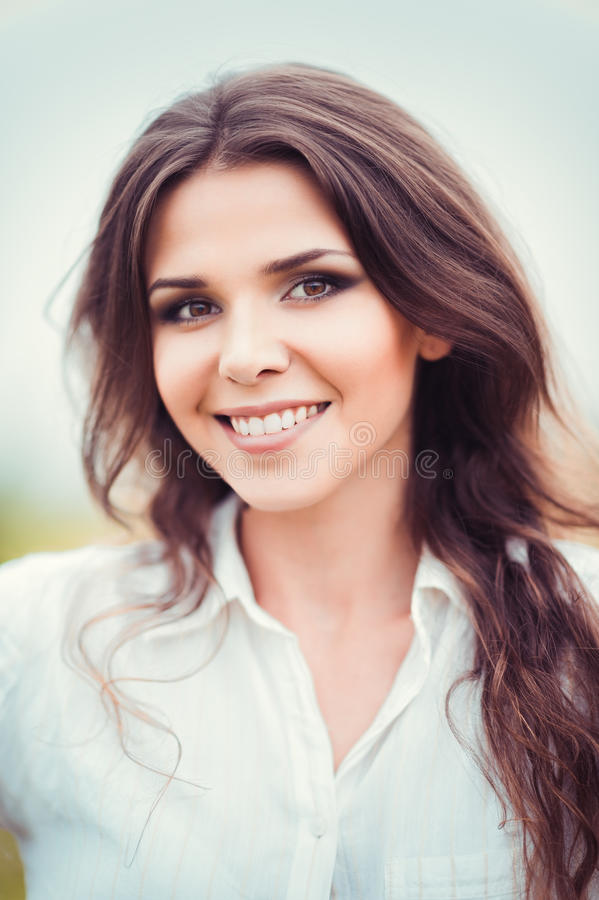 愉快的微笑的美丽的少妇特写镜头画象  免版税库存照片