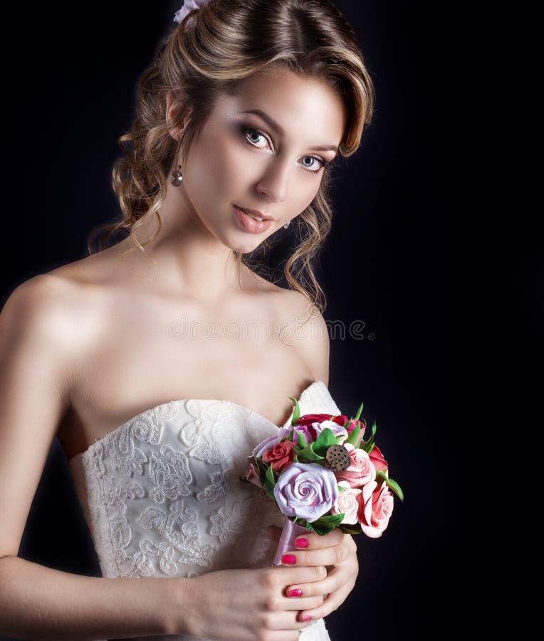 愉快的微笑的美丽的性感的女孩柔和的画象白色婚礼礼服的 图库摄影