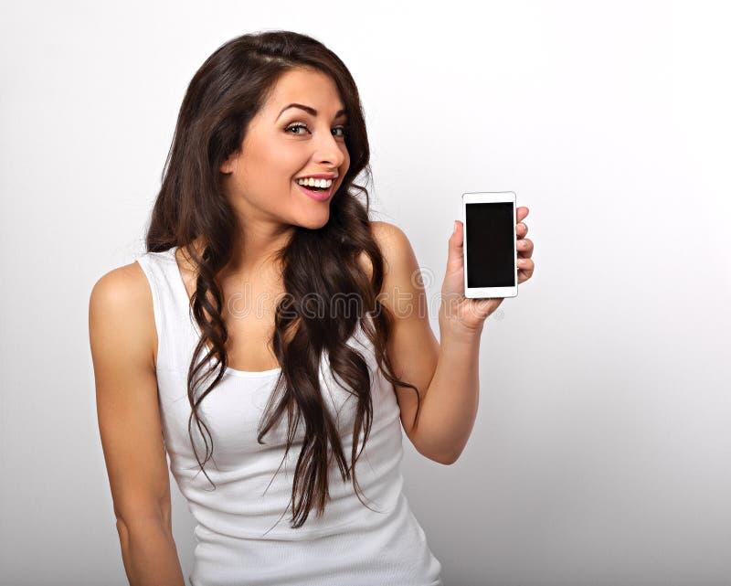 愉快的微笑的美好的激动的妇女藏品和广告mo 免版税图库摄影