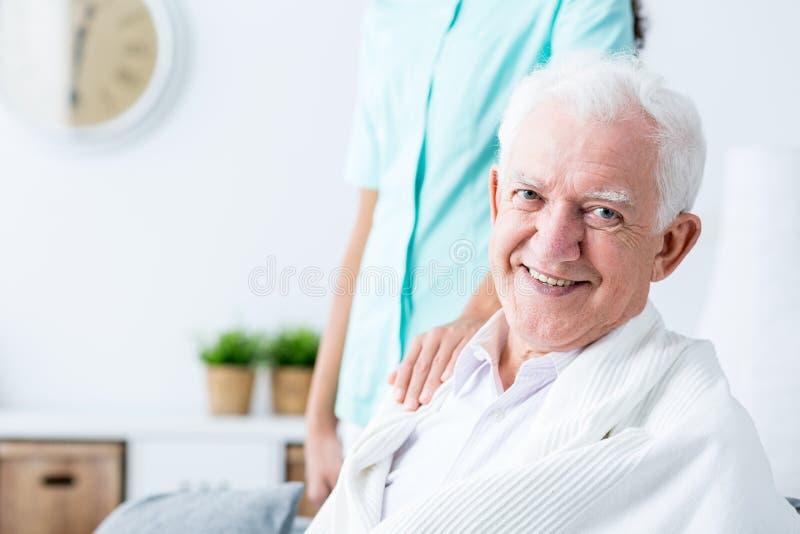 愉快的微笑的老人 库存照片