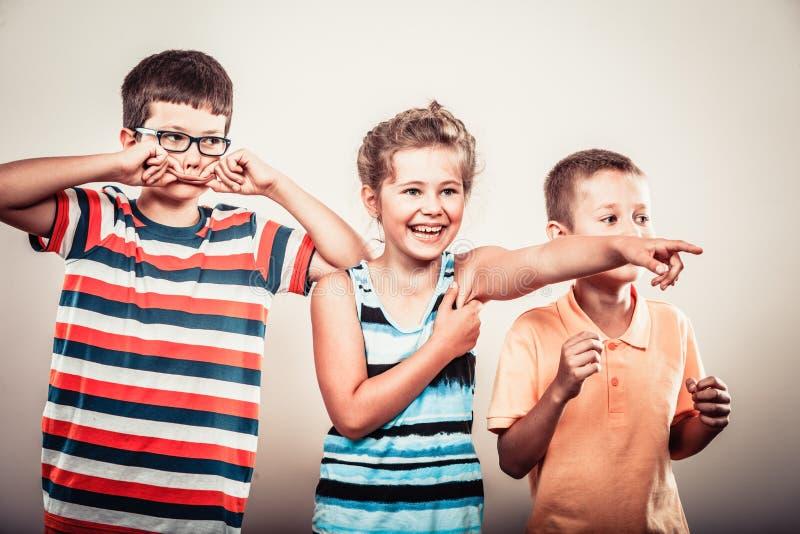 愉快的微笑的逗人喜爱的孩子小女孩和男孩 免版税图库摄影