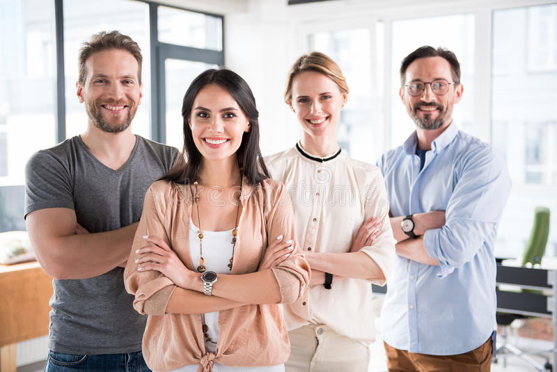 愉快的微笑的队在办公室 免版税库存照片