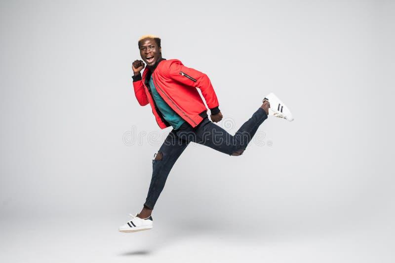 愉快的微笑的非洲人赛跑的全长画象被隔绝在灰色背景 图库摄影