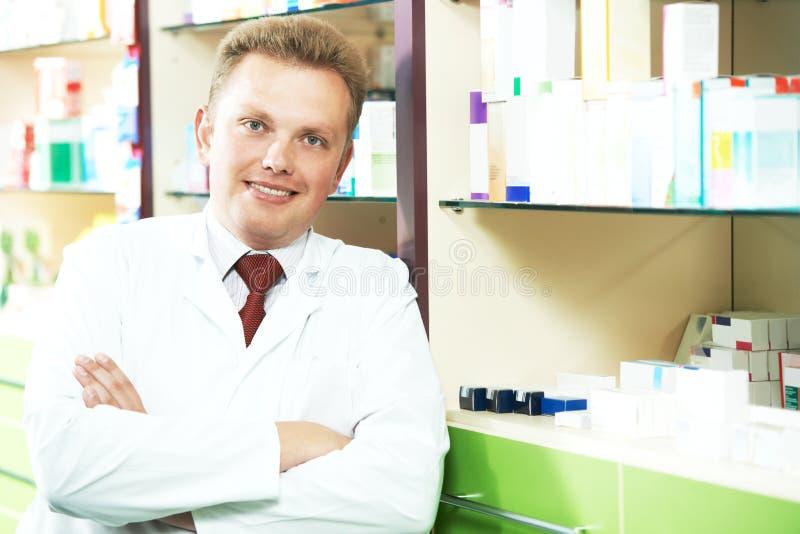 愉快的微笑的医疗药剂师或药房工作者 图库摄影