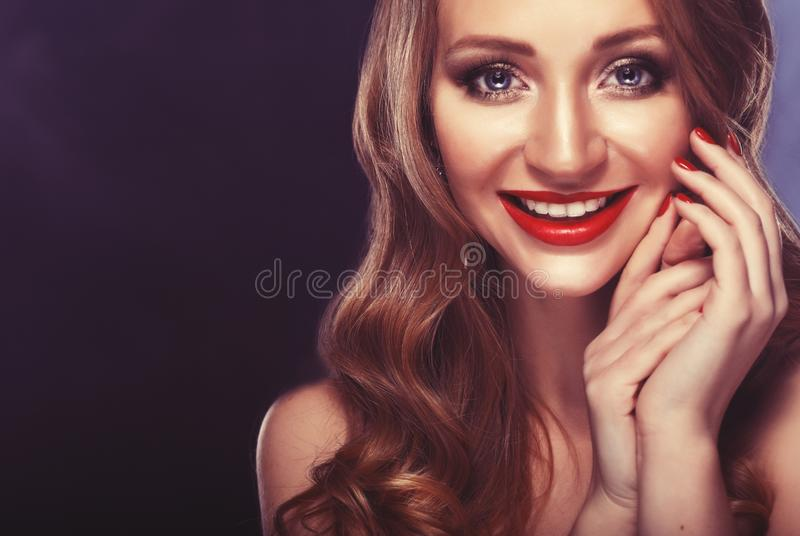 愉快的微笑!性感的微笑的白种人少妇模型,明亮的构成特写镜头画象与魅力红色嘴唇的 免版税库存照片