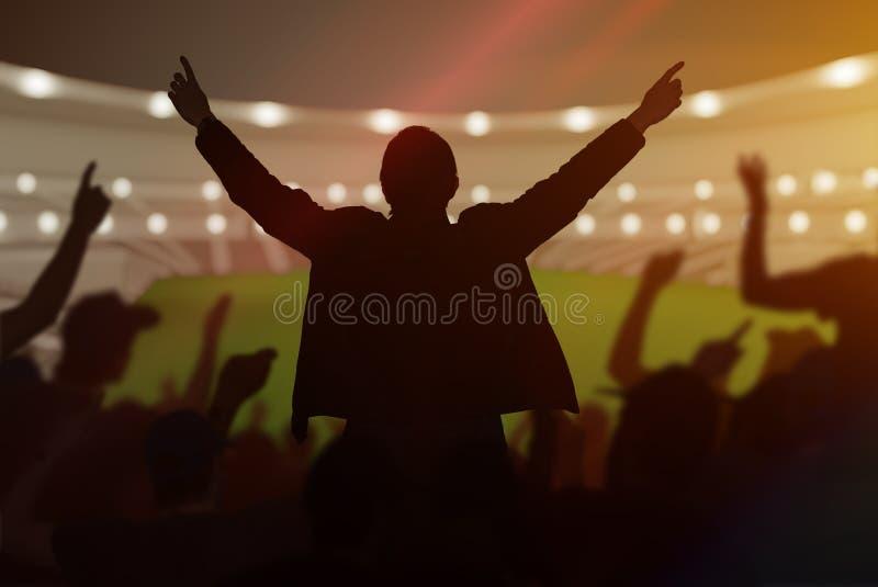 愉快的快乐的体育迷剪影在体育场的 免版税库存图片