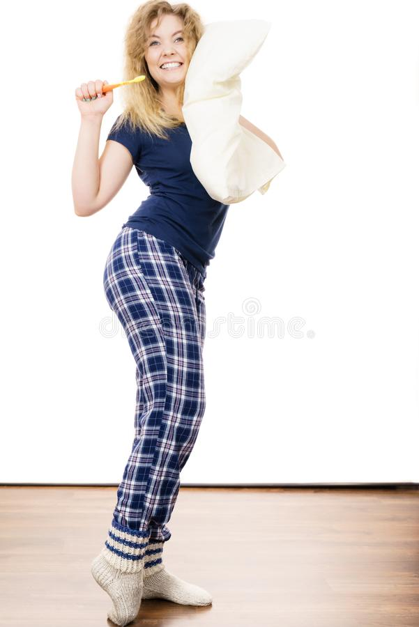 愉快的快乐的妇女佩带的睡衣 免版税图库摄影