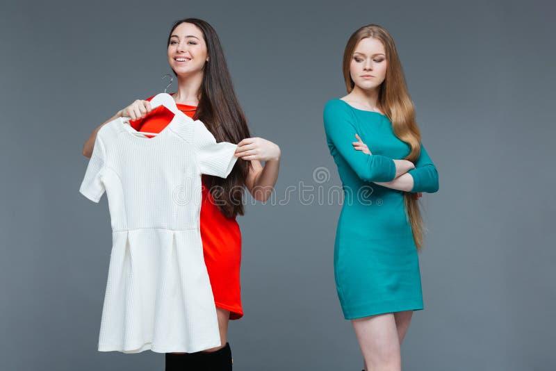 愉快的快乐的少妇和羡慕恼怒的女性购物的 库存照片