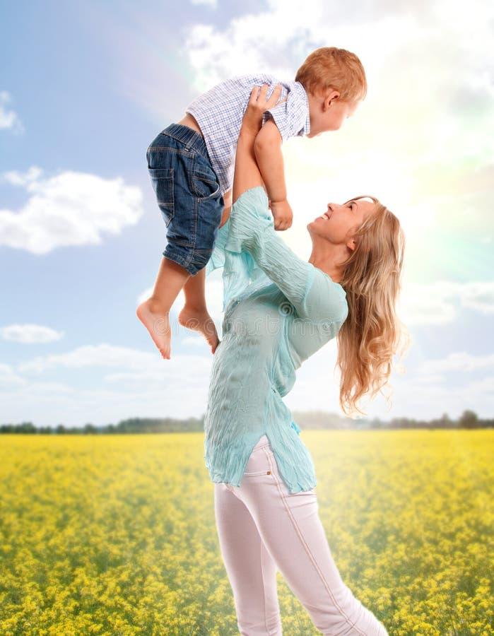 愉快的快乐的母亲纵向儿子 免版税库存图片