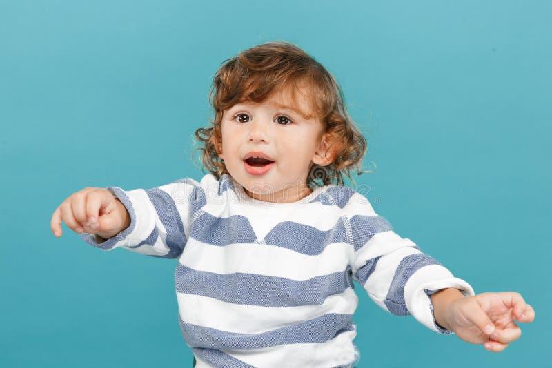 愉快的快乐的美丽的小男孩,演播室射击画象  免版税库存图片
