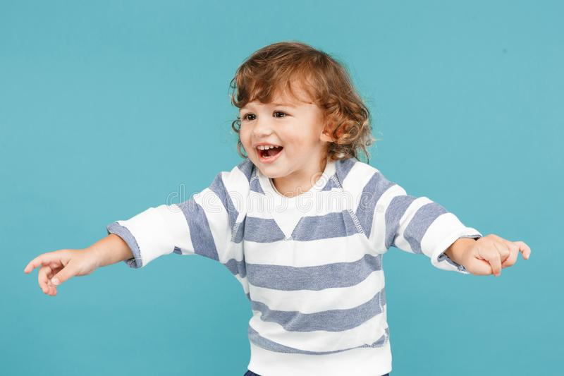 愉快的快乐的美丽的小男孩,演播室射击画象  免版税库存照片